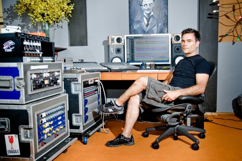 Ross Robinson en el estudio de su casa en Venice Beach (Los Ángeles). Fuente: http://www.theaudioperv.com