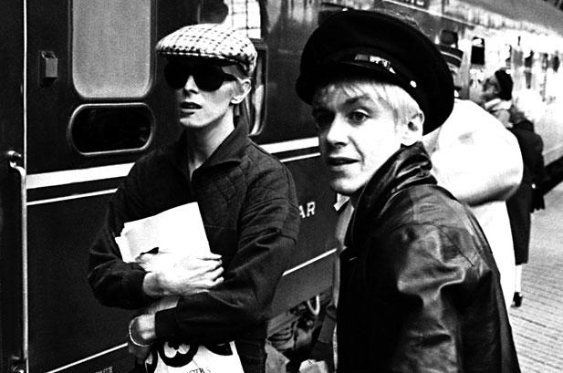 """Con Iggy Pop durante su prolífica estancia berlinesa a finales de los setenta. Bowie produjo a 'la iguana' los discos """"The Idiot"""" y """"Lust For Life"""". Fuente: indiehearts.com"""
