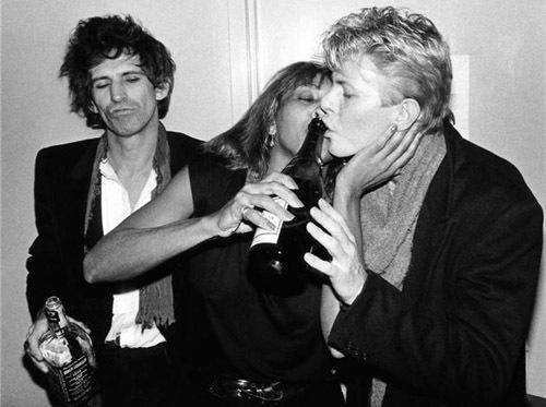 Bowie y Tina Turner se besan ante la mirada de Keith Richards. Fuente: sympathyforthedevilagain.com