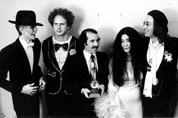 """Bowie en una entrega de premios junto a (de izq. a dcha.) Art Garfunkel, Paul Simon, Yoko Ono y John Lennon, con quien grabó el tema """"Fame"""" en 1975. Fuente: www.mirror.co.uk"""