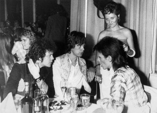 Bowie con Mick Jagger y Lou Reed. De pie, Lulu. Fuente: www.suicidewatch.com