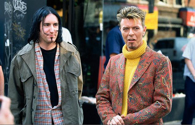 """David Bowie con Trent Reznor (NIN), en una pausa del rodaje del videoclip de """"I'm Afraid Of Americans"""", del disco """"Earthling"""". Fuente: www.alterexa.com"""