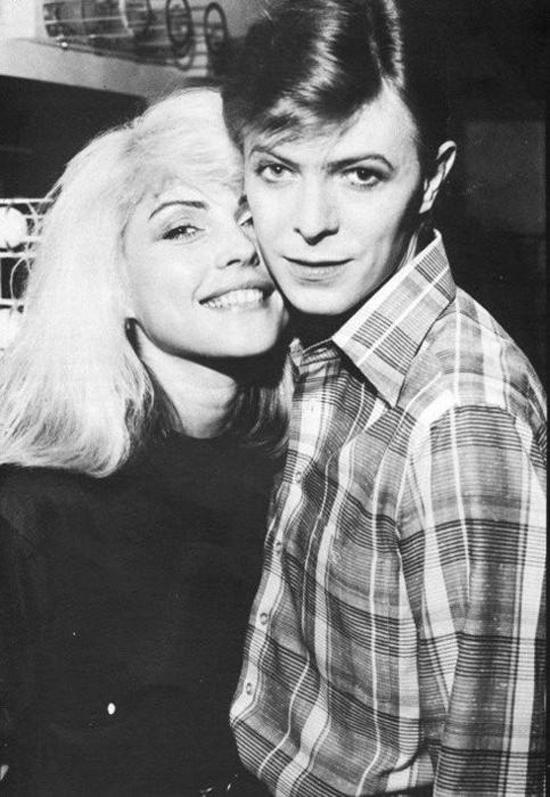 Bowie con Debbie Harry (Blondie) en los setenta. Fuente: tumblr.com