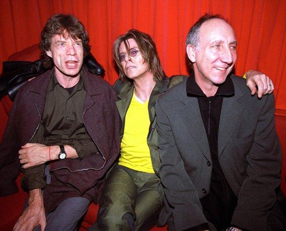 """Bowie (centro), flanqueado por Mick Jagger (izquierda) y Pete Townshend de The Who (derecha), que grabó las guitarras para el tema """"Slow Burn"""", del disco de Bowie del 2002 """"Heathen"""". Fuente: whoknewtheykneweachother.blogspot.com"""