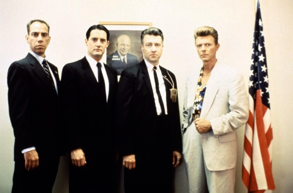 "De izquierda a derecha, los actores Miguel Ferrer y Kyle MacLachlan, el realizador David Lynch y Bowie, quien realiza un pequeño y perturbador papel en el film de Lynch ""Twin Peaks: Fire Walk With Me"", de 1992, precuela de la popular serie. Fuente: kinoimages.wordpress.com"