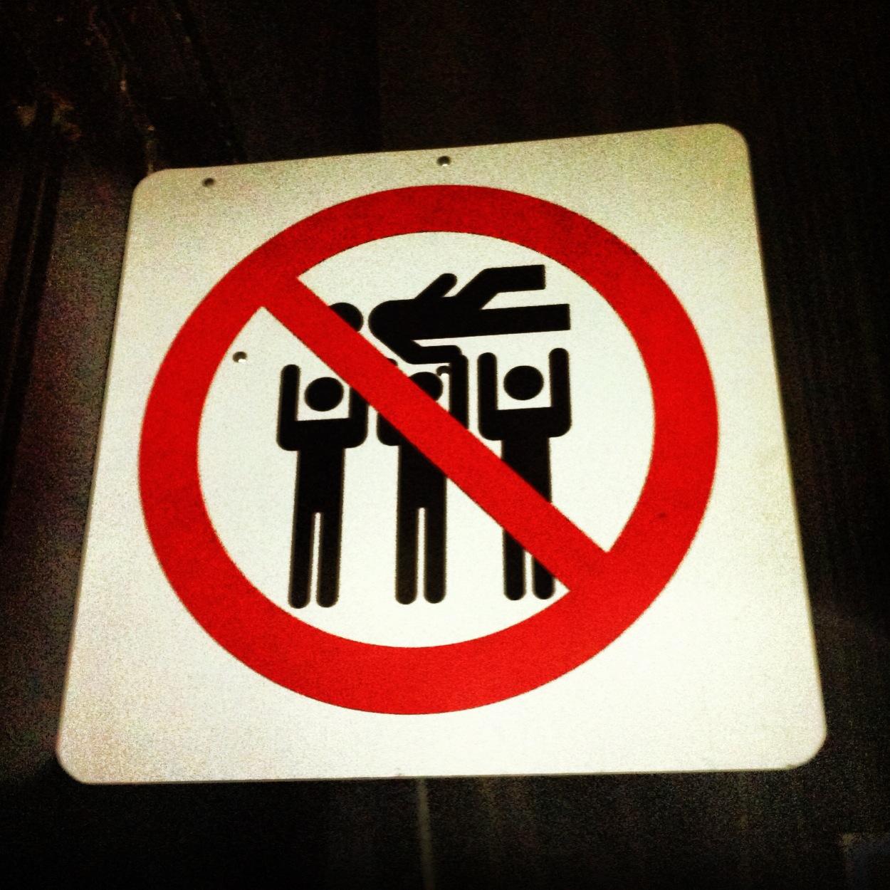 Un cartel anuncia la prohibición de realizar 'stagediving' en todos los recintos del festival. Que se cumpla es otra cosa.