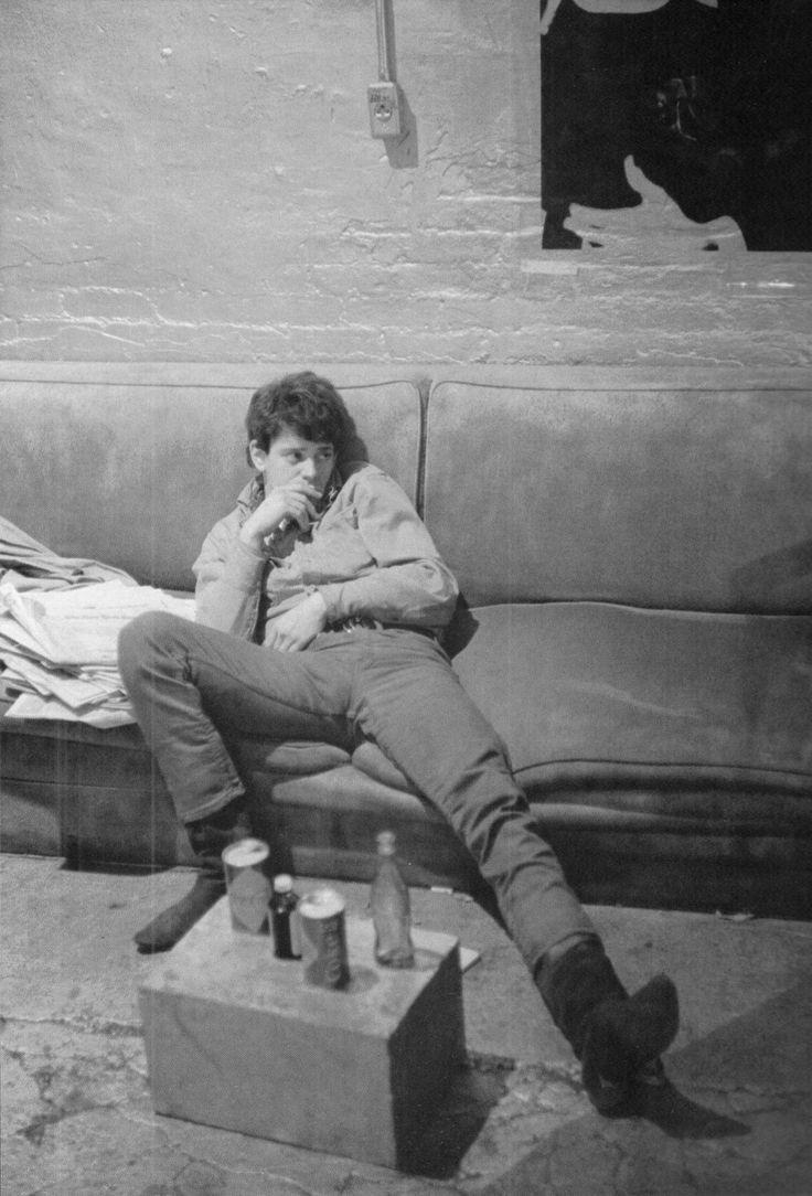 Lou Reed tomándose un descanso. Fuente: www.pinterest.com