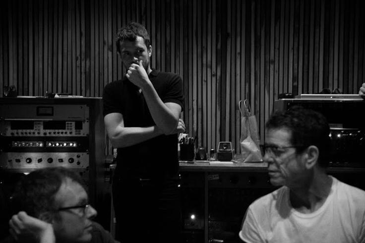 Lou Reed en el estudio con Brandon Flowers, de The Killers. Fuente: www.pinterest.com