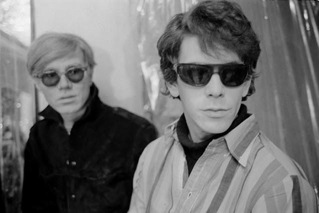 """Lou Reed en la segunda mitad de los sesenta con Andy Warhol, """"padrino"""" de The Velvet Underground. Fuente: www.pinterest.com"""
