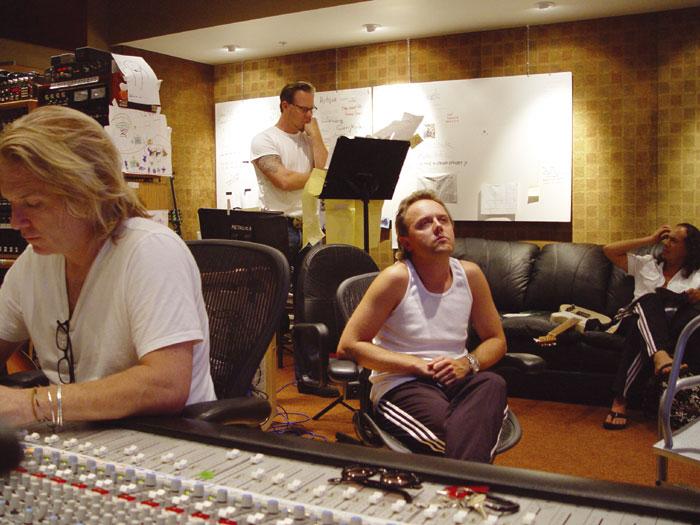 """Metallica en el estudio con Bob Rock (productor del """"Black Album"""", """"Load"""" y """"Reload"""") durante la grabación de """"St. Anger"""". Fuente: www.soundonsound.com"""