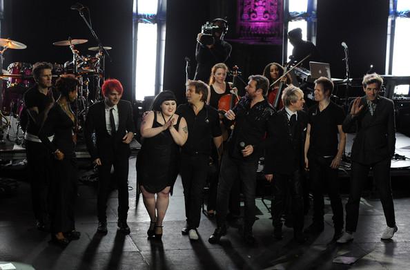 """Duran Duran con invitados como Gerard Way de My Chemical Romance y Beth Dito en el concierto filmado por David Lynch """"Duran Duran Unstaged"""". Fuente: www.zimbio.com"""