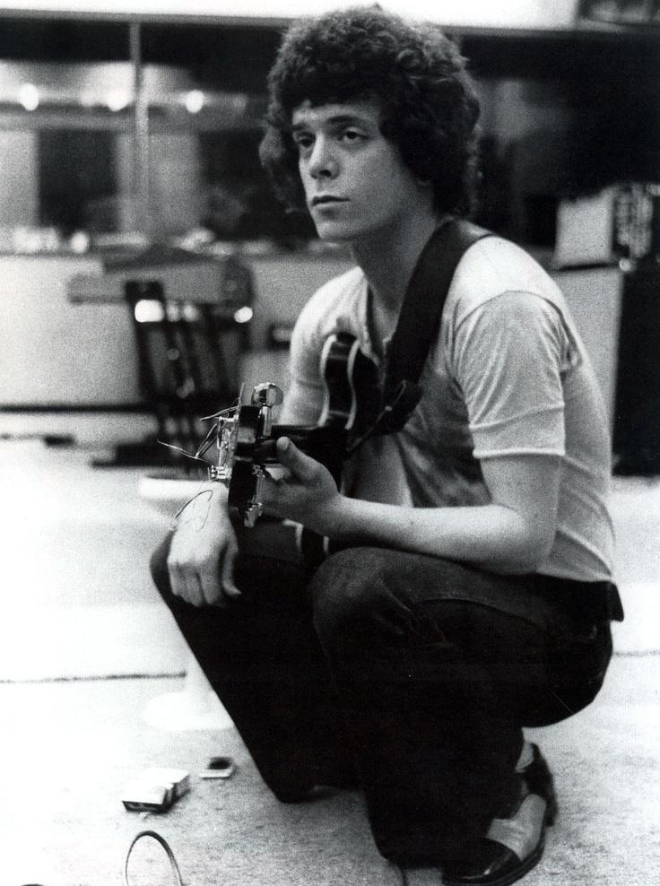 Un joven Lou Reed durante un ensayo en los sesenta. Fuente: www.pinterest.com