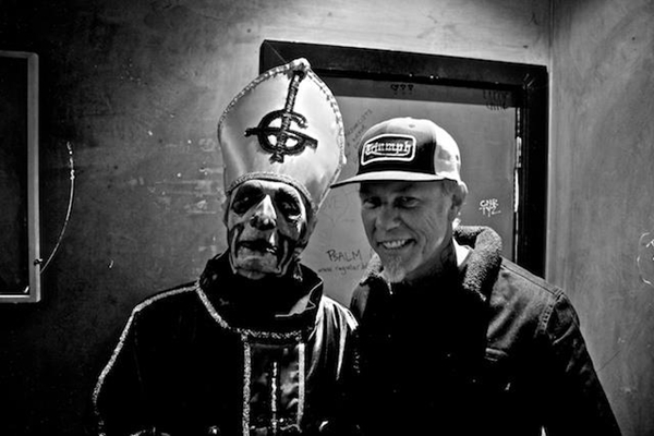 James Hetfield con Papa Emeritus de Ghost (izquierda). Fuente: www.collectorsroom.combr