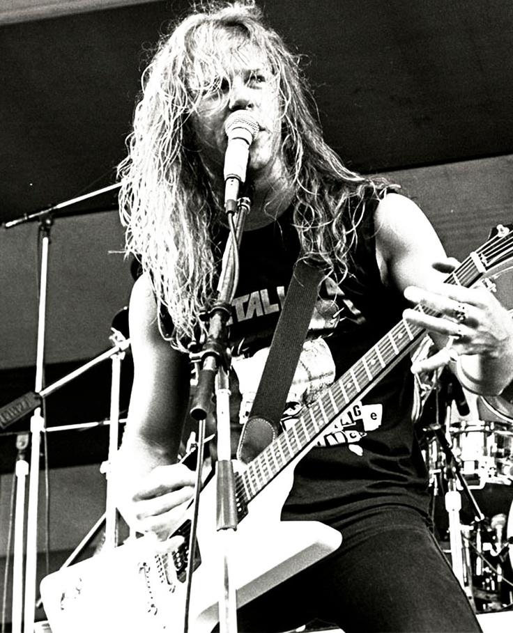 "Hetfield durante la gira de ""Master of Puppets"". Fuente: www.pinterest.com"