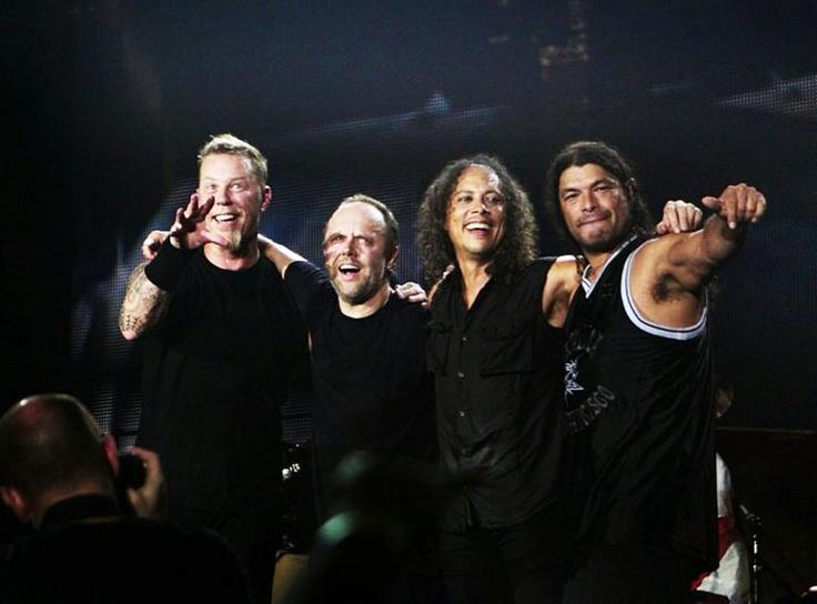 La banda, en el habitual abrazo con el que terminan sus conciertos. Fuente: www.holierthanyou.tumblr.com