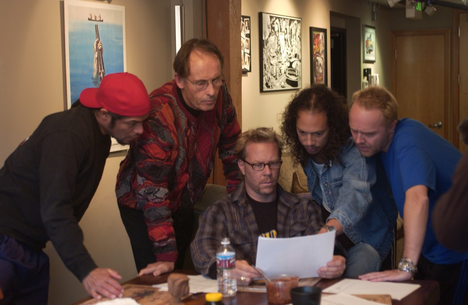 "Metallica en una escena del aplaudido documental ""Some Kind of Monster"", con un terapeuta mediando entre los miembros de la banda. Fuente: www.pinterest.com"