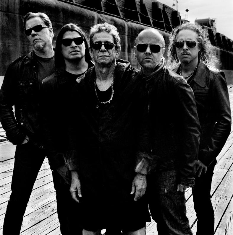 """Lou Reed posando con Metallica para la promoción de su experimental disco conjunto, """"Lulu"""". Fuente: www.tanakamusic.com"""