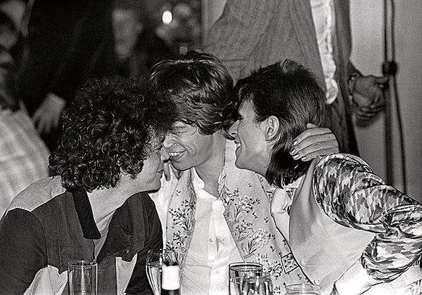 Lou Reed, Mick Jagger y David Bowie en el Cafe Royale tras la última actuación de Ziggy Stardust en el Hammersmith Odeon de Londres, en 1973. Fuente: www.hoteljuntoalavia.blogspot.com