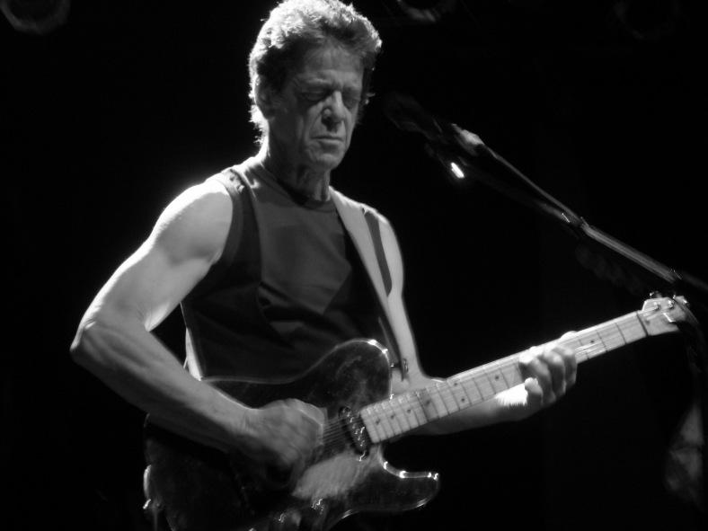 """Lou Reed durante la gira de presentación de """"The Raven"""" (2003), en el que pone música a distintos poemas de Edgar Allan Poe. Fuente: www.coveralia.com"""