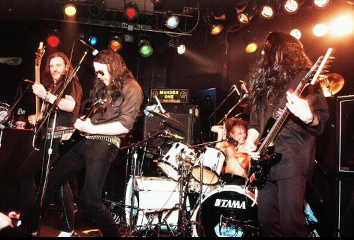 Metallica tocando versiones de Motörhead junto a Lemmy (izquierda) en su 50 aniversario en el Whiskey A Go Go de West Hollywood (1995). Fuente: www.hennemusic.com