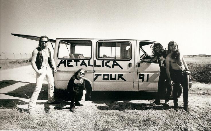 Metallica, bromeando con una pequeña furgoneta de gira en el '91. Fuente: www.pinterest.com
