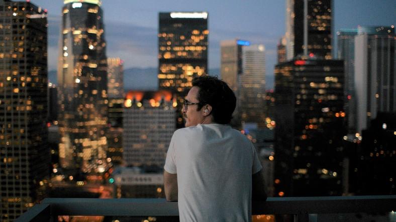 """Her"": Joaquin Phoenix pensativo. Fuente: www.latimes.com"